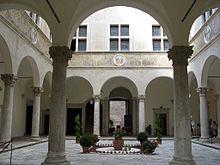 220px-Palazzo_piccolomini_03_cortile